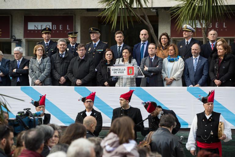 Palco con representantes políticos e militares