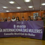 Representantes do Consello da Muller coa pancarta